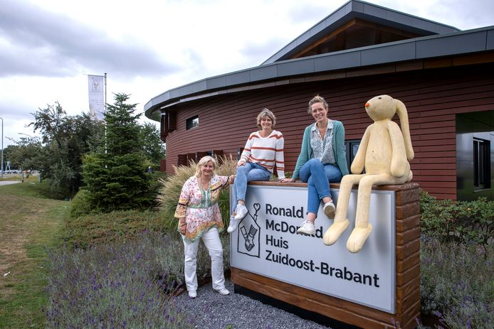 Wendy van den Akker, Anja Sanders en Maaike Veenbrink (vlnr) van het Ronald McDonald Huis in Veldhoven.
