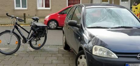 Auto schept fietser in Enschede: man gewond naar ziekenhuis