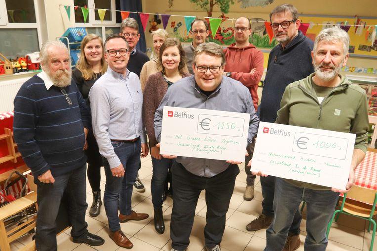 Gezinsbond 'In De Rand' overhandigde de cheque aan het personeel van Vrije Basisschool Het Groene Lilare.