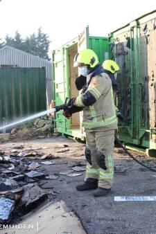 Papiercontainer van vv Arnemuiden brandt uit, daders staan mogelijk op camera