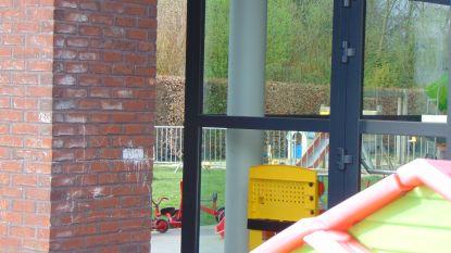 Buurman klaagt over lawaaierige kinderen in tuin  kinderopvang: gemeente zet helft van tuin af met nadarhekken