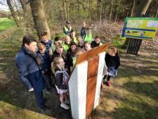 Kinderen bezoeken oorlogsmonumentje Strijbeek