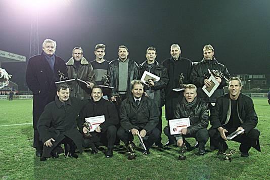 Supporters kozen in 2000 het 'Helmond Sport van de Eeuw'. Staand tweede van rechts Lambert Kreekels.