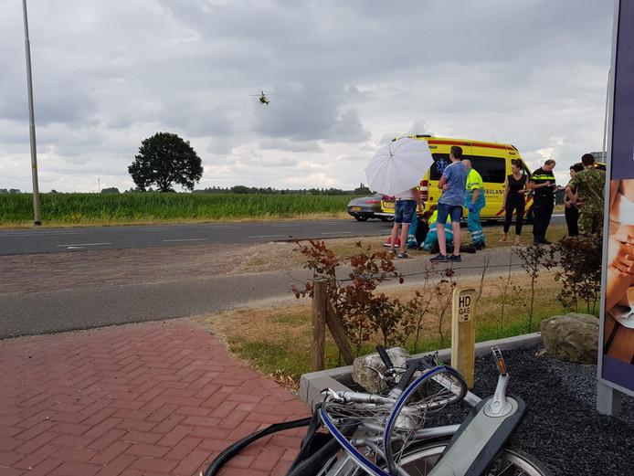 Hulpverlening na het ongeluk op de N324 bij Nederasselt.