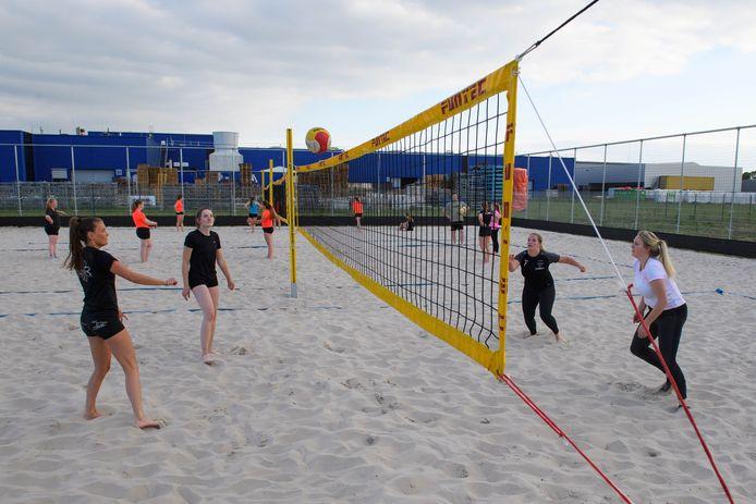 Volleybalsters van Holyoke trainen voorlopig alleen op het beachcourt.