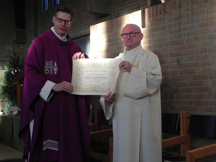 Henk Mutsaers (rechts) heeft zojuist de pauselijke onderscheiding opgespeld gekregen door Jeroen Miltenburg