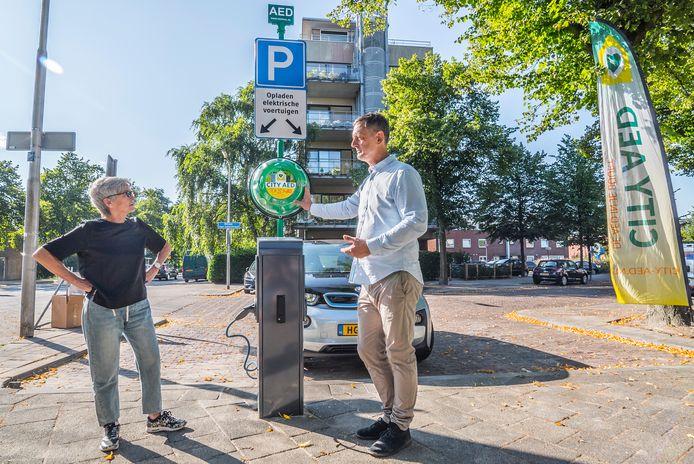 In Delft rustte City AED onlangs de eerste laadpaal uit met een defibrillator.