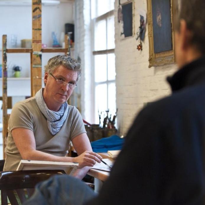Mart Franken werkt in opperste concentratie aan een portret. foto Tonny Presser/het fotoburo