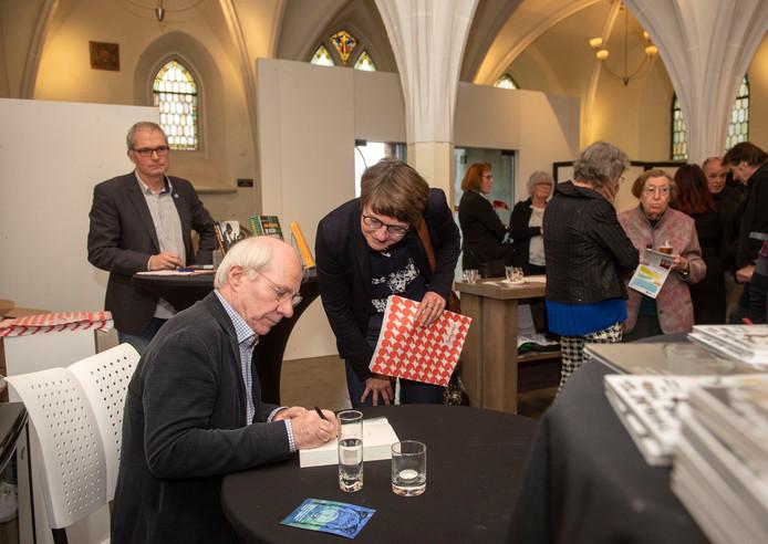 De bekende Nederlandse schrijver Jan Brokken signeert boeken in de Catharinakapel in Harderwijk.