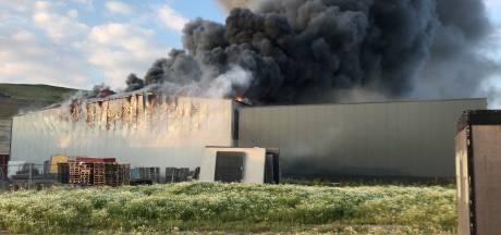 Grote brand verwoest loods in Barneveld