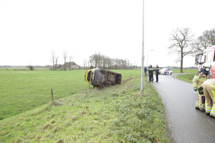 De bestuurder is de macht over het stuur in de buurt van een bocht kwijtgeraakt.