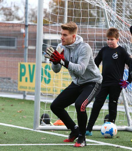 Van der Sar junior heeft in Alphen oog voor alle jonge keepers