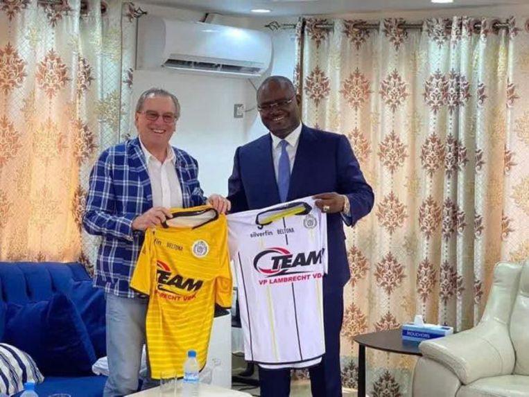 Lokeren-voorzitter De Vries met Kerfalla Camara, voorzitter van Le Hafia FC.