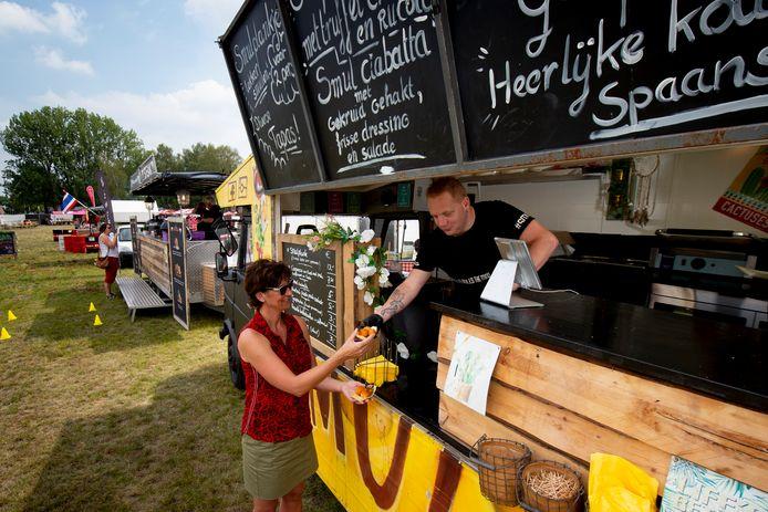 Voor het eerst weer een festival in Apeldoorn. Wilma Albertus liep met haar partner en vrienden uit Friesland het eerst door de toegangspoorten.  Een hapje bij de Foodtruck van de Smulplank ging er ook wel in.