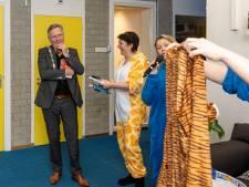 Juf Leonie doet er alles aan, maar helaas, burgemeester Gerard gaat niet voorlezen in pyjama