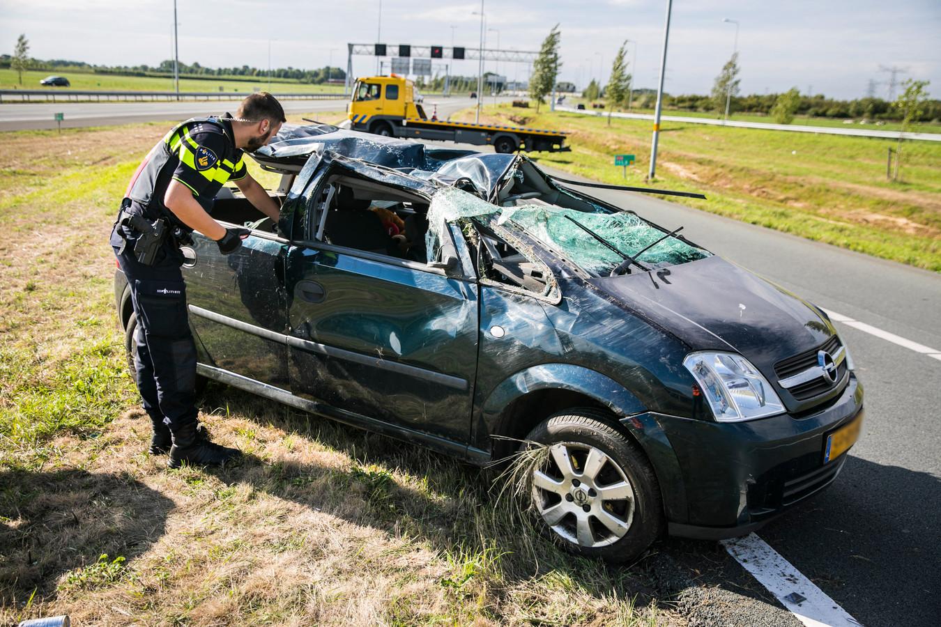 Op knooppunt Valburg is zondagmiddag een man gewond geraakt nadat hij met zijn auto over de kop was gevlogen.