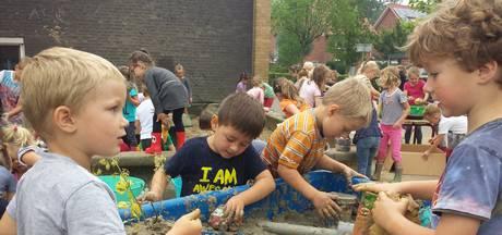 VIDEO: Lekker modderen op Ravensteinse basisscholen