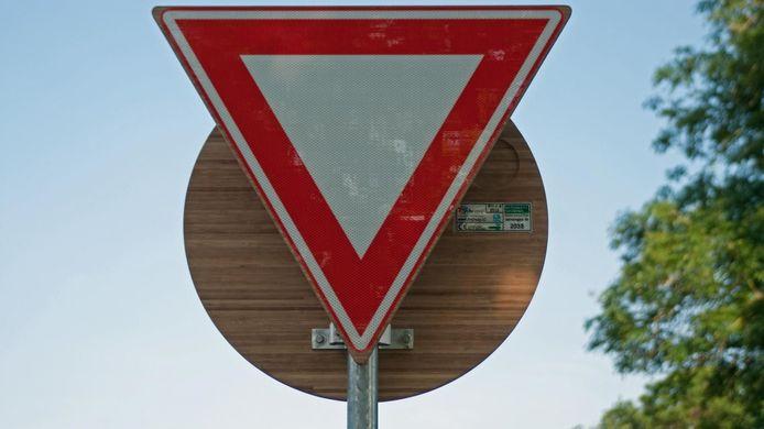 Een verkeersbord van bamboe gaat langer mee en is milieuvriendelijker dan aluminium exemplaren, stelt de PvdD.
