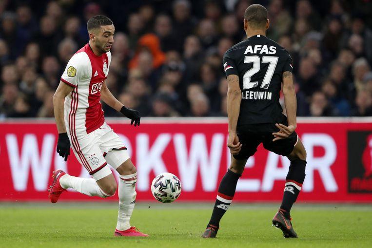 Hakim Ziyech (l) is op 1 juli eigendom van Chelsea, maar wat als de Eredivisie dan nog niet is afgelopen?