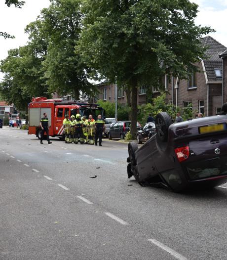 Auto slaat over de kop bij botsing in Nijmegen: twee gewonden