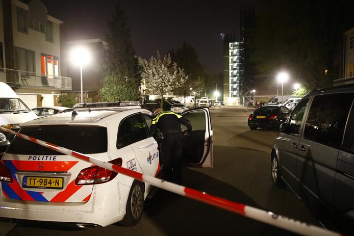 De politie zette zaterdagavond de Alm in Zwolle af nadat een molotovcocktail tegen een woning was gegooid. De schade bleef beperkt.
