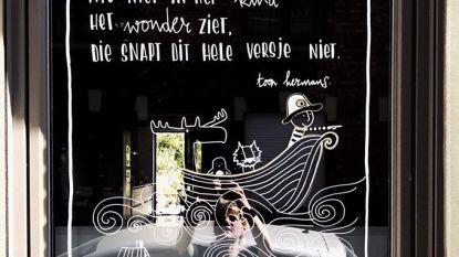 """Buren uit Bloemekenswijk maken samen raampoëzie: """"Huizen worden met elkaar verbonden"""""""