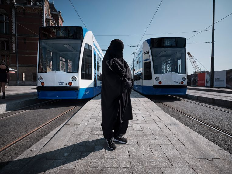 Emarah mocht met haar nikab niet mee in de Amsterdamse tram. Beeld Mark Kohn