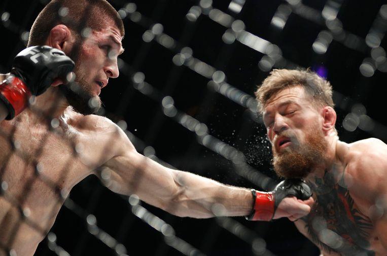 Khabib haalt uit naar McGregor tijdens het gevecht in 2018.