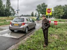 Drempel bij stopbord voor fietspad in Molenhoek 'heeft geen nut, het is spelen met je leven'