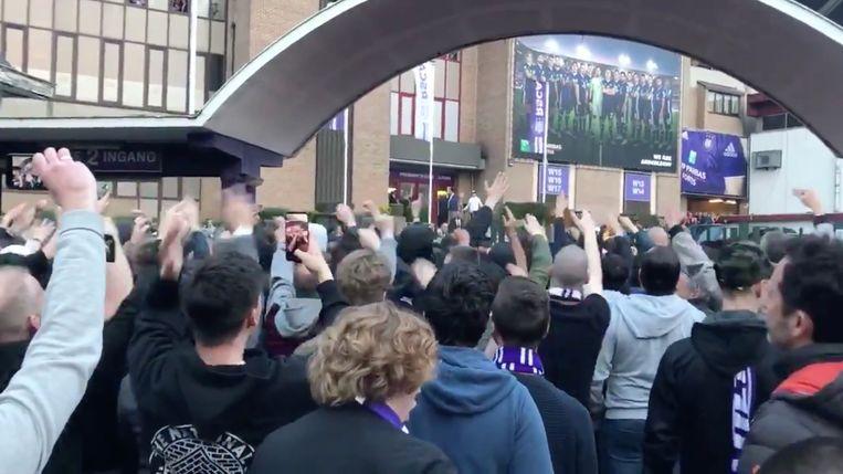 Anderlecht fans keren zich tegen Marc Coucke na de nederlaag tegen Antwerp.