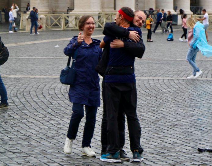 Johan Swinnen komt aan op het Sint-Pietersplein in Rome. Hij kreeg meteen een dikke knuffel van zijn zoon Pieter en zijn vrouw Annemie.
