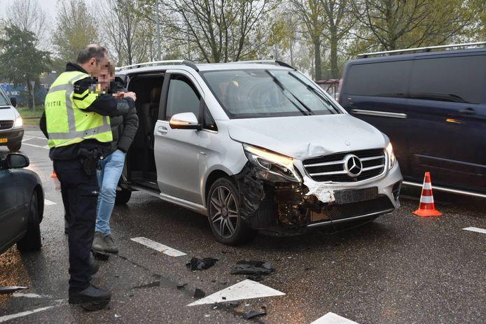 Bij een ongeval tussen twee auto's op de N283 bij Wijk en Aalburg is vanmiddag de bestuurder van een van de voertuigen aan zijn had gewond geraakt.