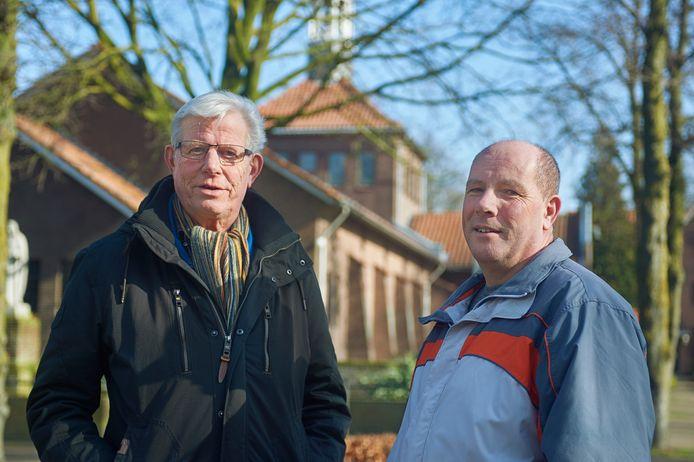 Bart van den Hoogen (rechts) en Huub van Oort  van de klankbordgroep bij de kerk op het Sint Jozefplein te Venhorst