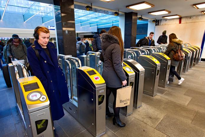 Toegangspoortjes op NS station Eindhoven.