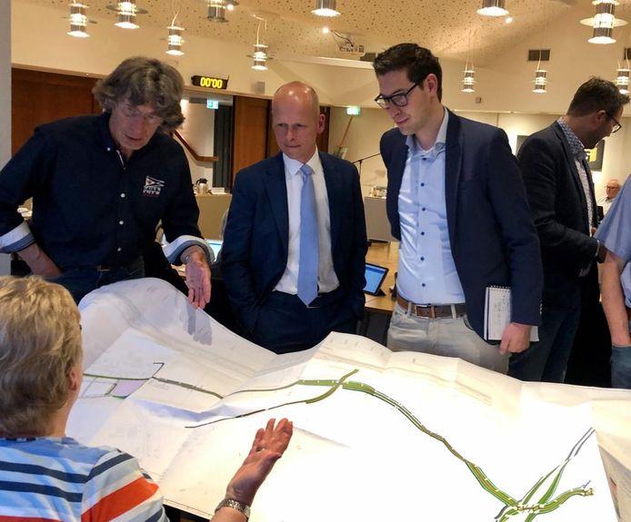 Archieffoto: VVD-raadslid Thea Laban (links) buigt zich over een tekening van de Zanddijk. Toenmalig raadslid en huidig wethouder Maarten Both (midden) kijkt toe.