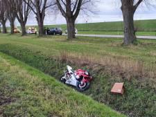 Motorrijder belandt tientallen meters verderop in sloot door botsing met auto in Herwen