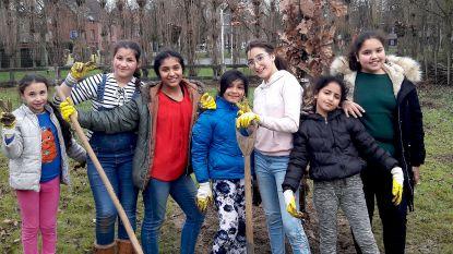 Jongeren leefschool De Wijsneus planten 240 bomen op schooldomein