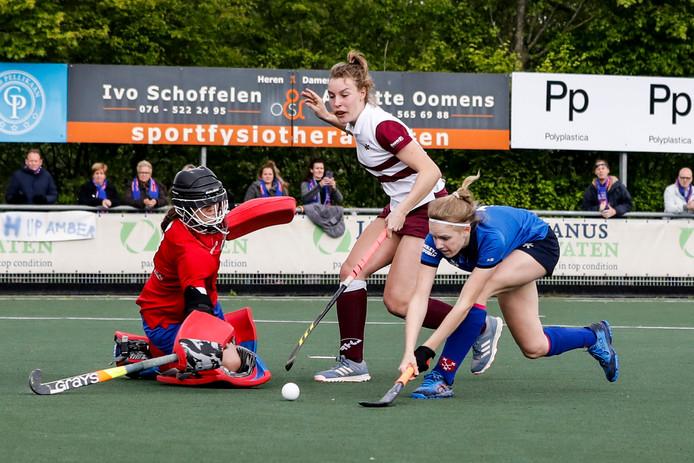 Mayra Hos (uiterst rechts) schiet in tweede instantie langs de liggende keepster van Rijswijk: 1-0.