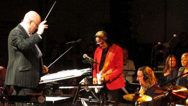 Todd Rundgren, samen met het Metropole orkest onder leiding van Steve Sidwell. Rechts op de foto Mathilde Santing Beeld Eric Borsje