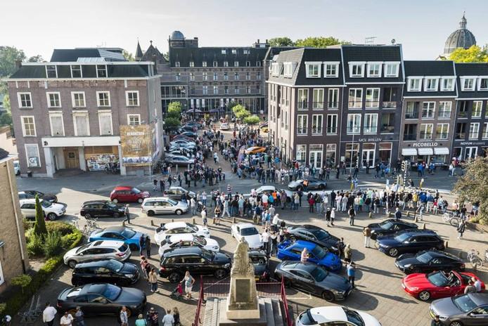 Oudenbosch is het vertrekpunt van de Border Run, een rally met supercars. De eigenaren hebben over belangstelling niet te klagen. foto's tonny presser/pix4profs