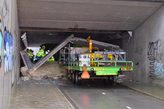 Hulpverlening na het ongeluk in de fietstunnel in Duiven.