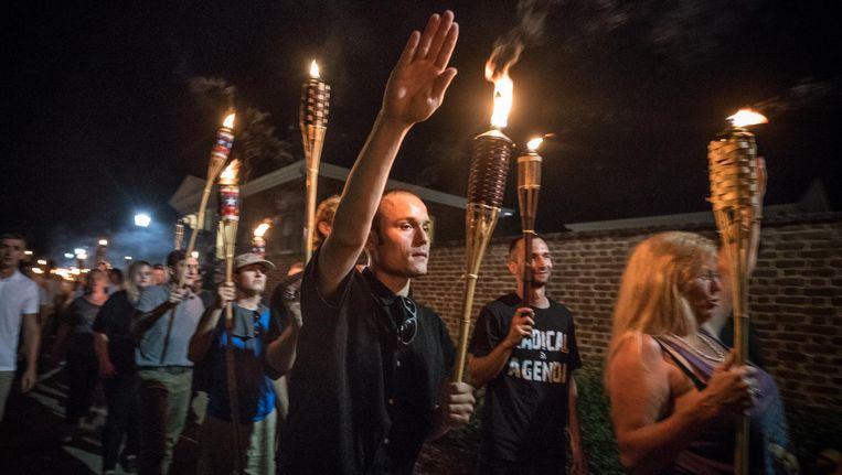 Een demonstrant doet een Hitlergroet in Charlottesville. Beeld getty