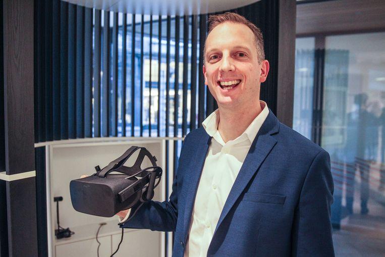 Nikolaas Maene van Hillewaere immo met VR-bril.