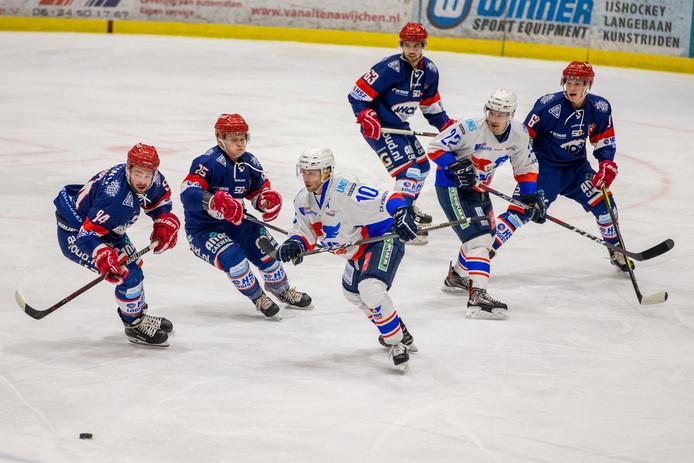 Beeld uit de bekerwedstrijd van Devils Nijmegen (donkerblauw tenue) eerder dit seizoen tegen Flyers Heerenveen.