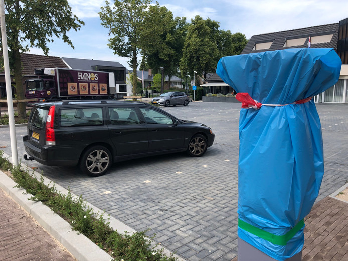 De betaalautomaat staat al - ingepakt - klaar. Vanaf 1 juli geldt in de St. Janstraat, en ook voor hotel Arrows, betaald parkeren.