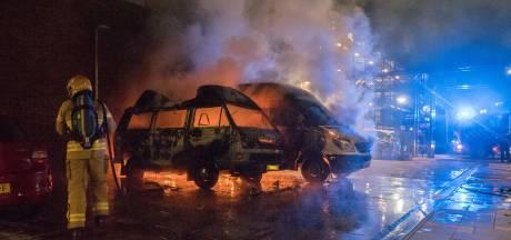Buren in badjas helpen brandweer bij blussen camperbrand in Zutphen