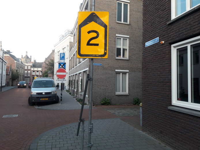 Omleidingsbord 2 leidt in de Beurdsestraat naar de Verwersstraat. Auto's mogen deze richting juist niet volgen, fietsers wel. De fout is inmiddels hersteld.