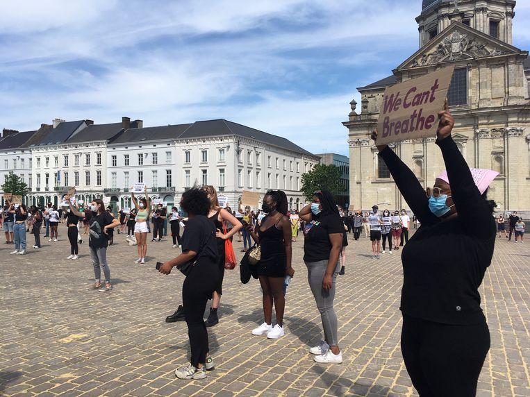 Duidelijke slogans bij de betogers.