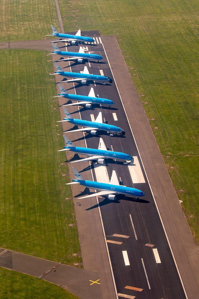 Een deel van de KLM-vloot staat geparkeerd op een startbaan.