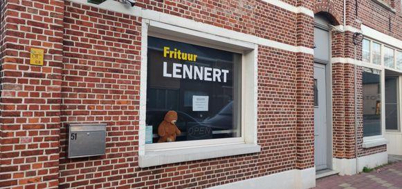 Een beertje bij frituur Lennert.